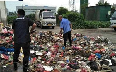 环卫工翻遍8吨垃圾 找回学生丢失大学录取通知书