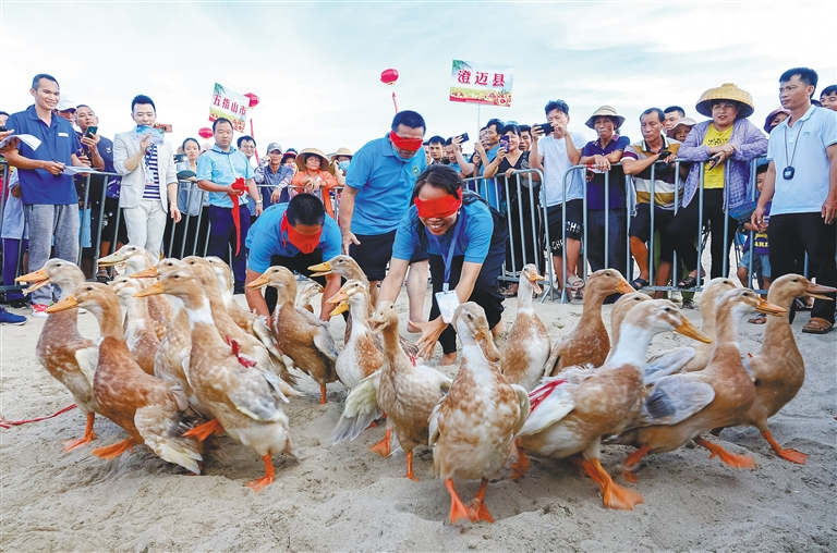 庆丰收 迎小康丨乐东:趣味运动会展现农民新风貌