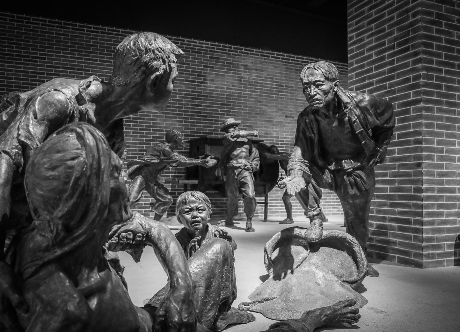 原创组图丨重庆罗中立美术馆展出《收租院》群雕铸铜作品
