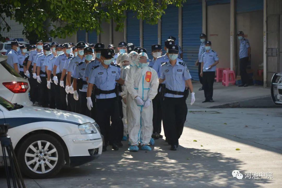 ▲51名被告人被押解入庭